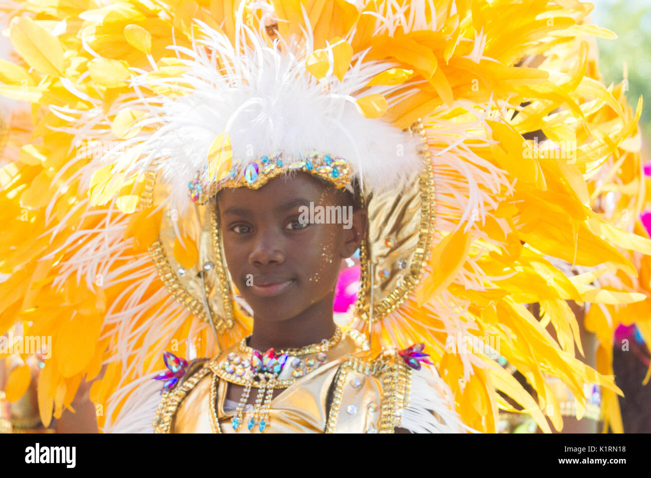 cf07839e1 El Carnaval de Notting Hill comenzó con un desfile del día de la familia  con niños vestidos con coloridos trajes de Samba.
