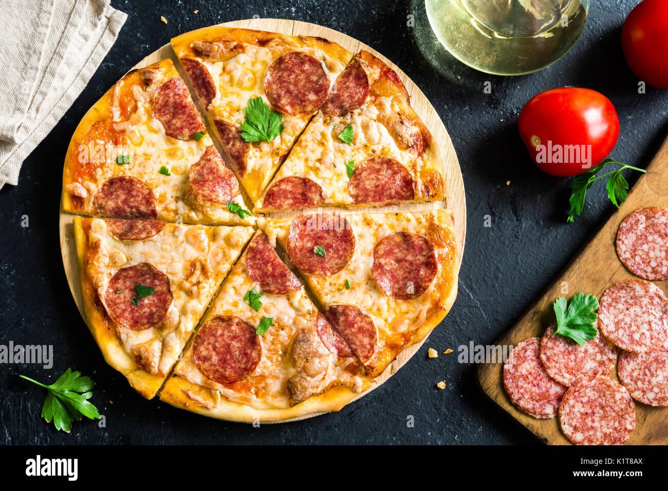 Pizza de pepperoni con ingredientes frescos - pizza casera con pepperoni, queso y la salsa de tomate y los ingredientes Foto de stock
