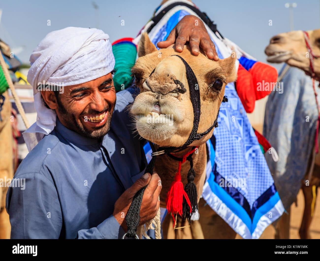 Dubai, Emiratos Árabes Unidos - Marzo 25, 2016: controlador de camello con su animal en Dubai Camel Racing Club Imagen De Stock