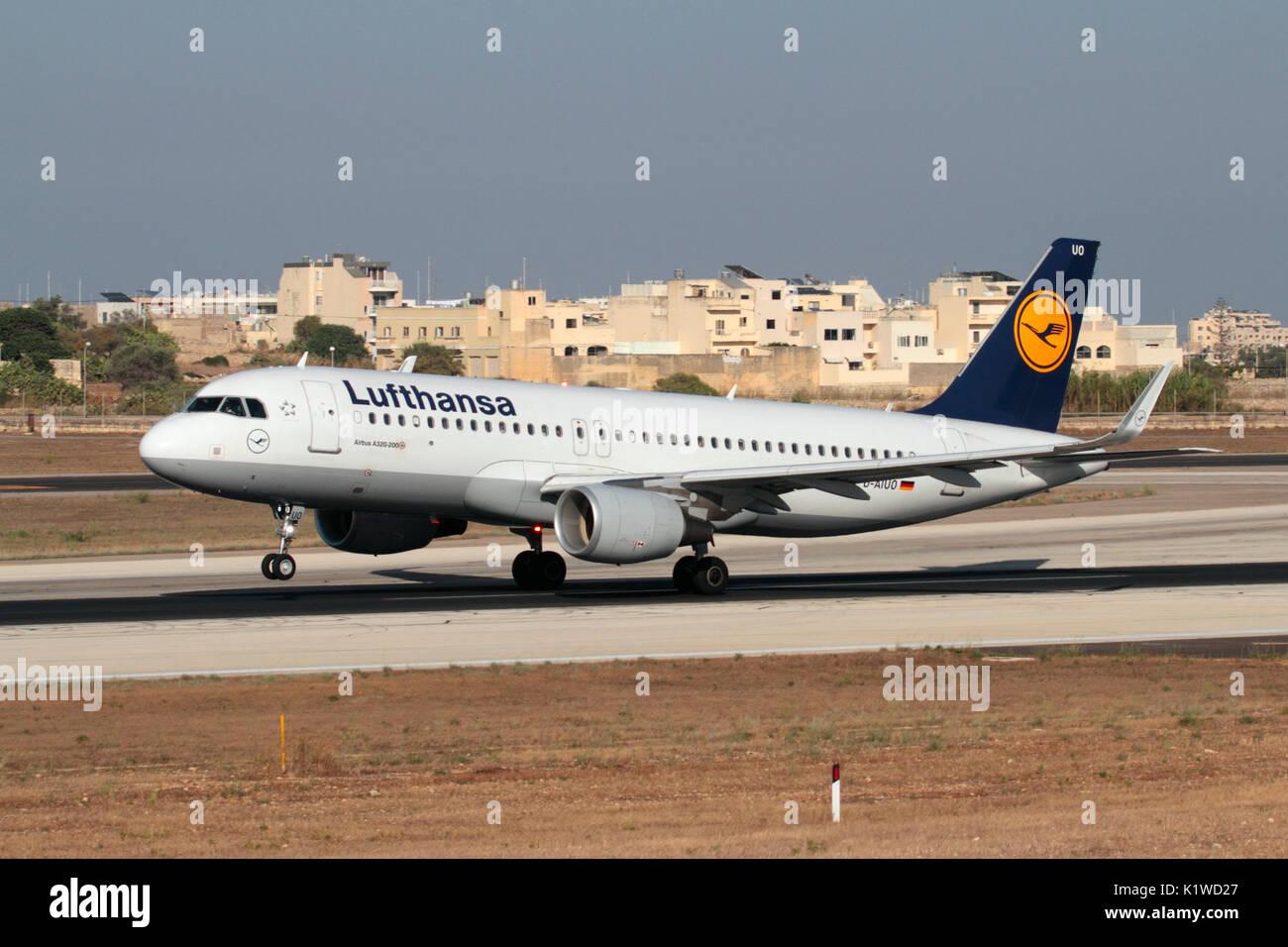 Lufthansa Airbus A320, avión de pasajeros girando la nariz hacia arriba en la pista durante el despegue. La aviación civil moderna y el transporte aéreo. Foto de stock