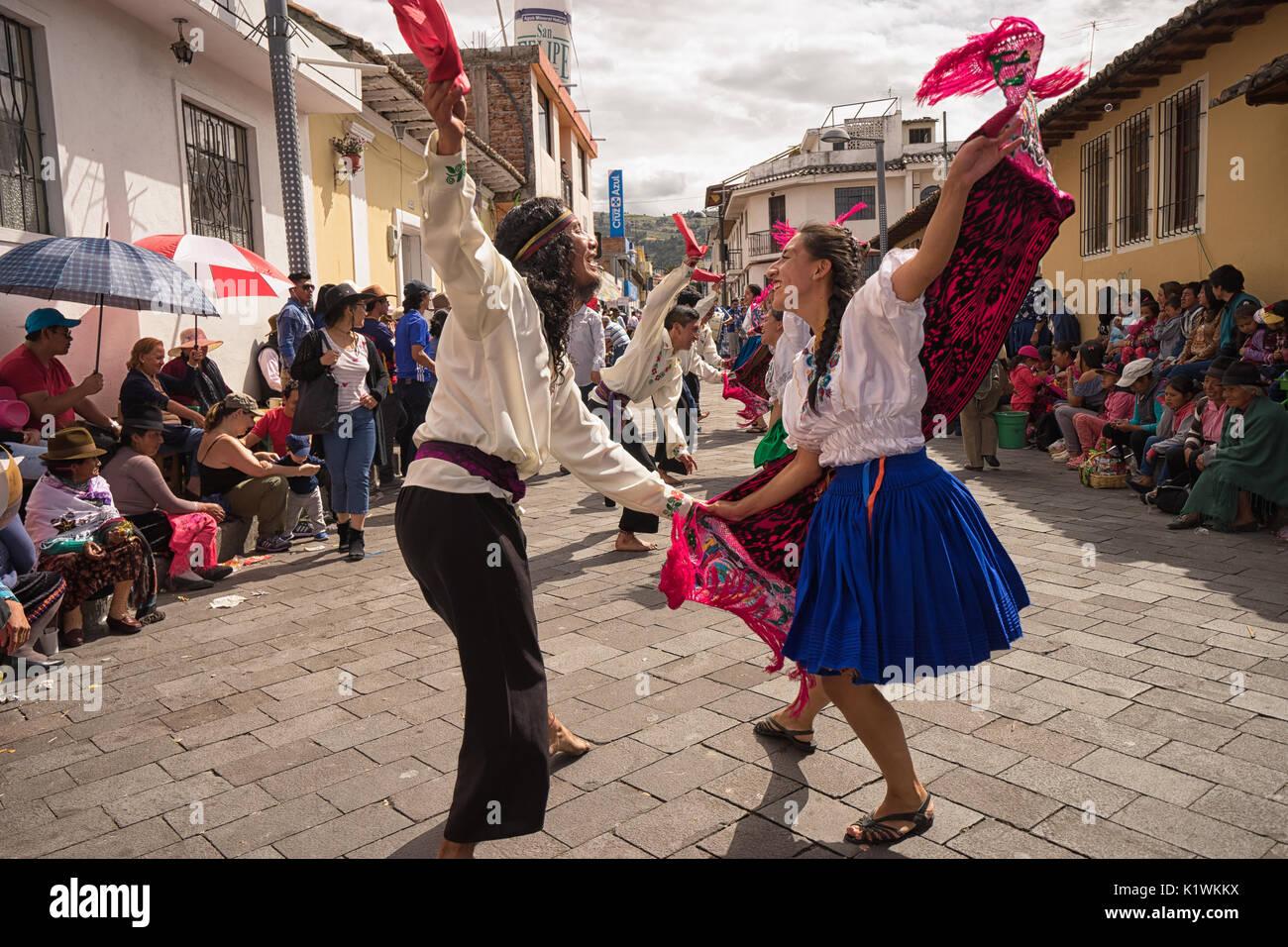 El 17 de junio de 2017, Ecuador: Pujili bailarines callejeros tocando en ropa tradicional durante el Corpus Christi Imagen De Stock