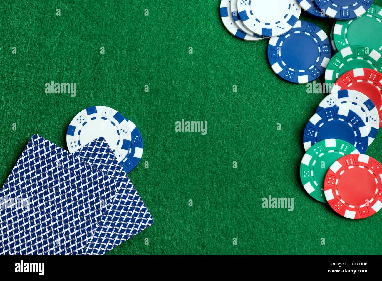 Mesa Verde Con Fichas De Casino Y Jugar A Las Cartas Concepto De