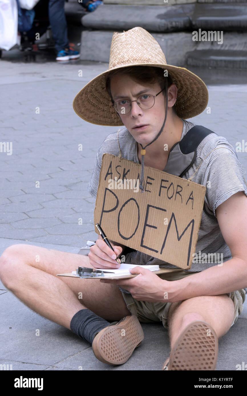 Un músico callejero con la novedosa idea de escribir poesía personalizada. En el parque Washington Square en Greenwich Village, Nueva York Imagen De Stock