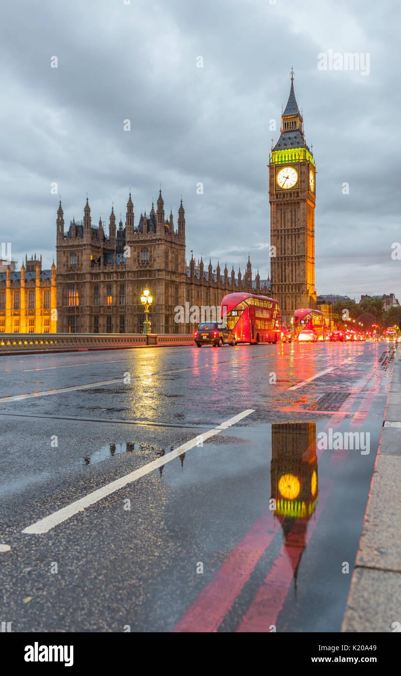 El puente de Westminster, el Palacio de Westminster, Casas del Parlamento, el Big Ben con la reflexión, la ciudad de Westminster, Londres, Inglaterra Imagen De Stock