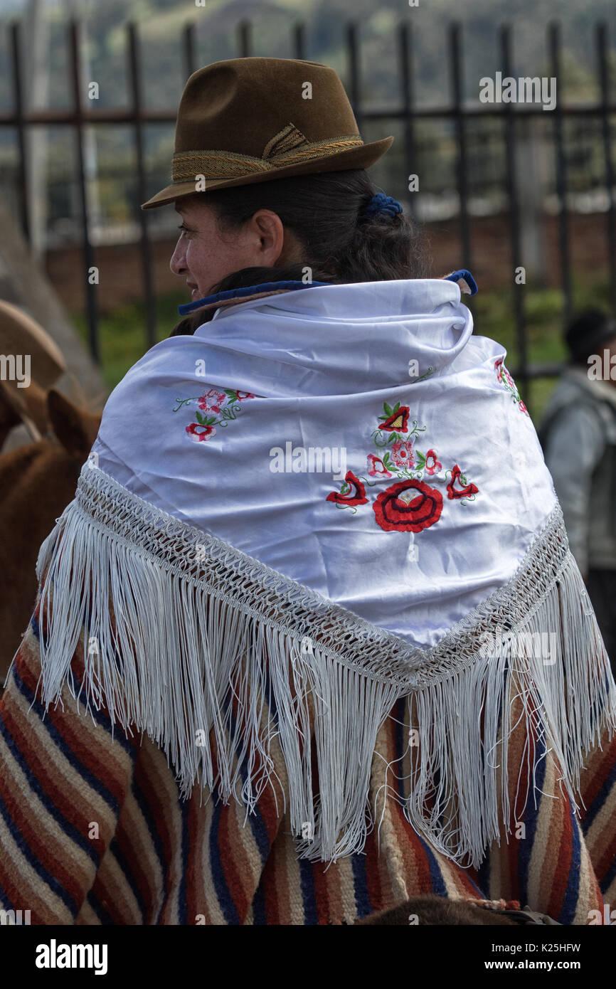 El 10 de junio de 2017, Ecuador: Toacazo bordados shal desgastado más de poncho por una mujer indígena local en rodeo Foto de stock