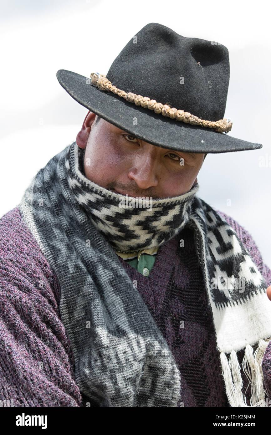 El 10 de junio de 2017, Ecuador Toacazo: acercamiento de un indígena cowboy vistiendo un shal en la fría mañana de la altitud de los Andes Foto de stock