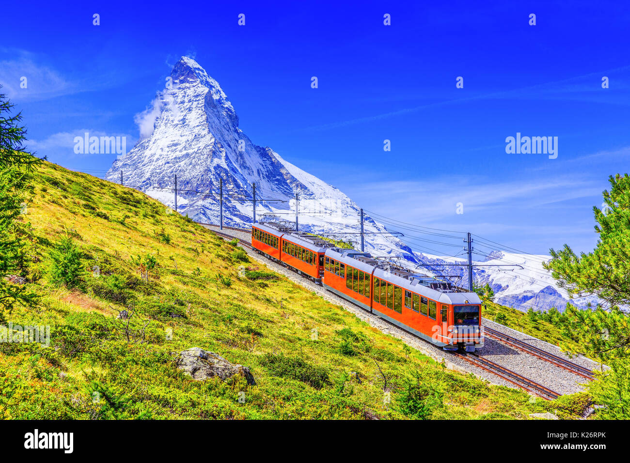Zermatt, Suiza. Gornergrat tren turístico de montaña Matterhorn en el fondo. Región de Valais. Imagen De Stock
