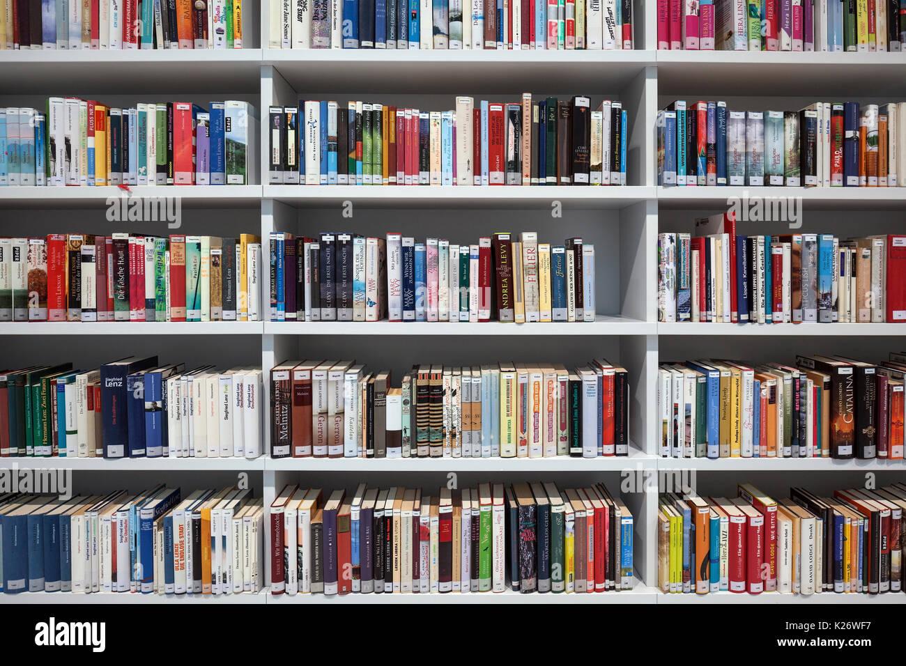 Libros estanteras Biblioteca Municipal Interior Stuttgart
