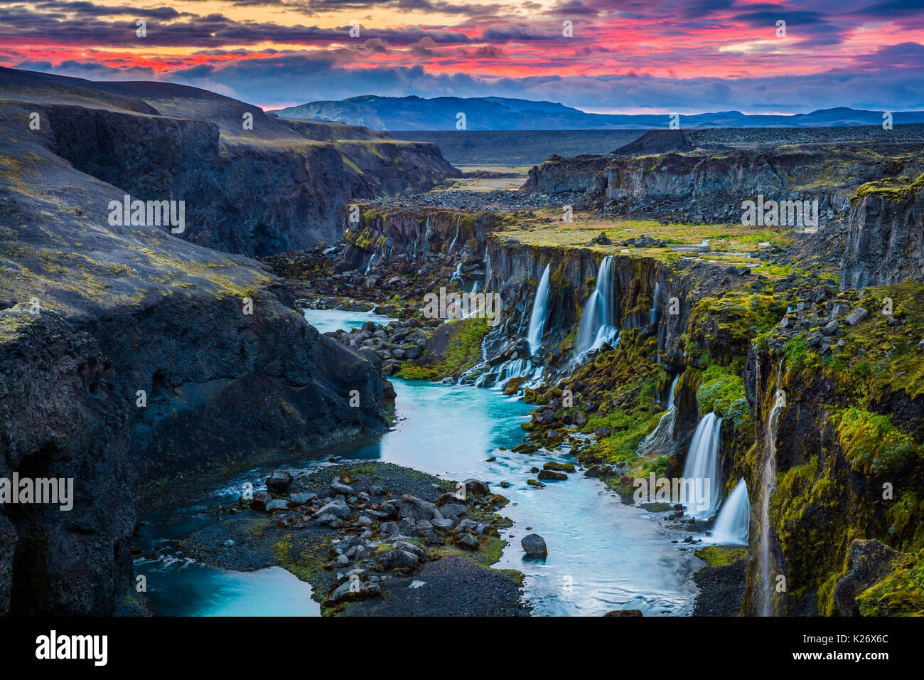 Cañón con múltiples cascadas en la región sur de Islandia Foto de stock