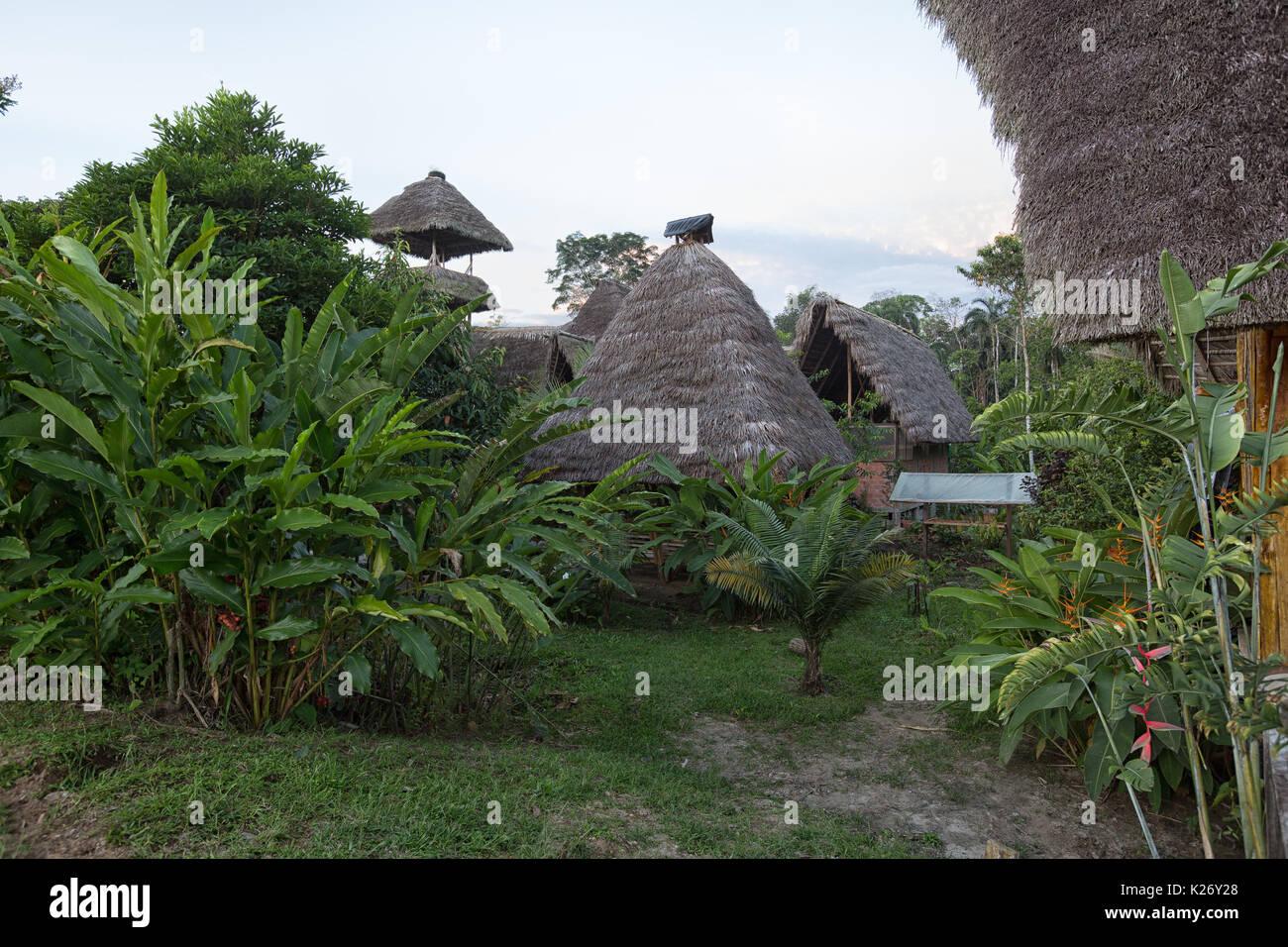 Junio 6, 2017 Misahuallí, Ecuador: eco construcciones hechas de bambú en la Amazonía Imagen De Stock