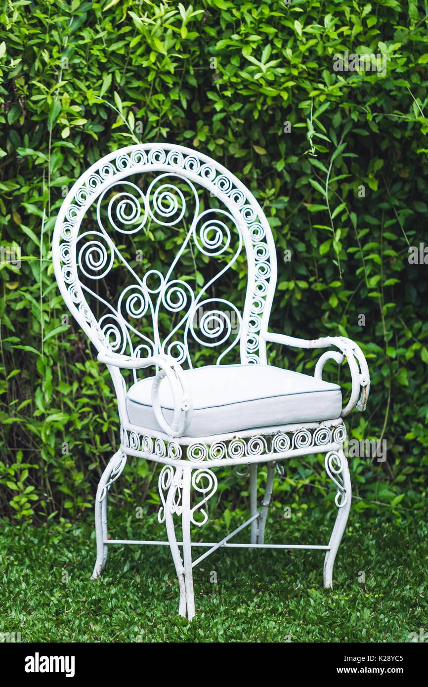 Vintage antiguo mobiliario de jardín con fondo verde natural. Metal ...