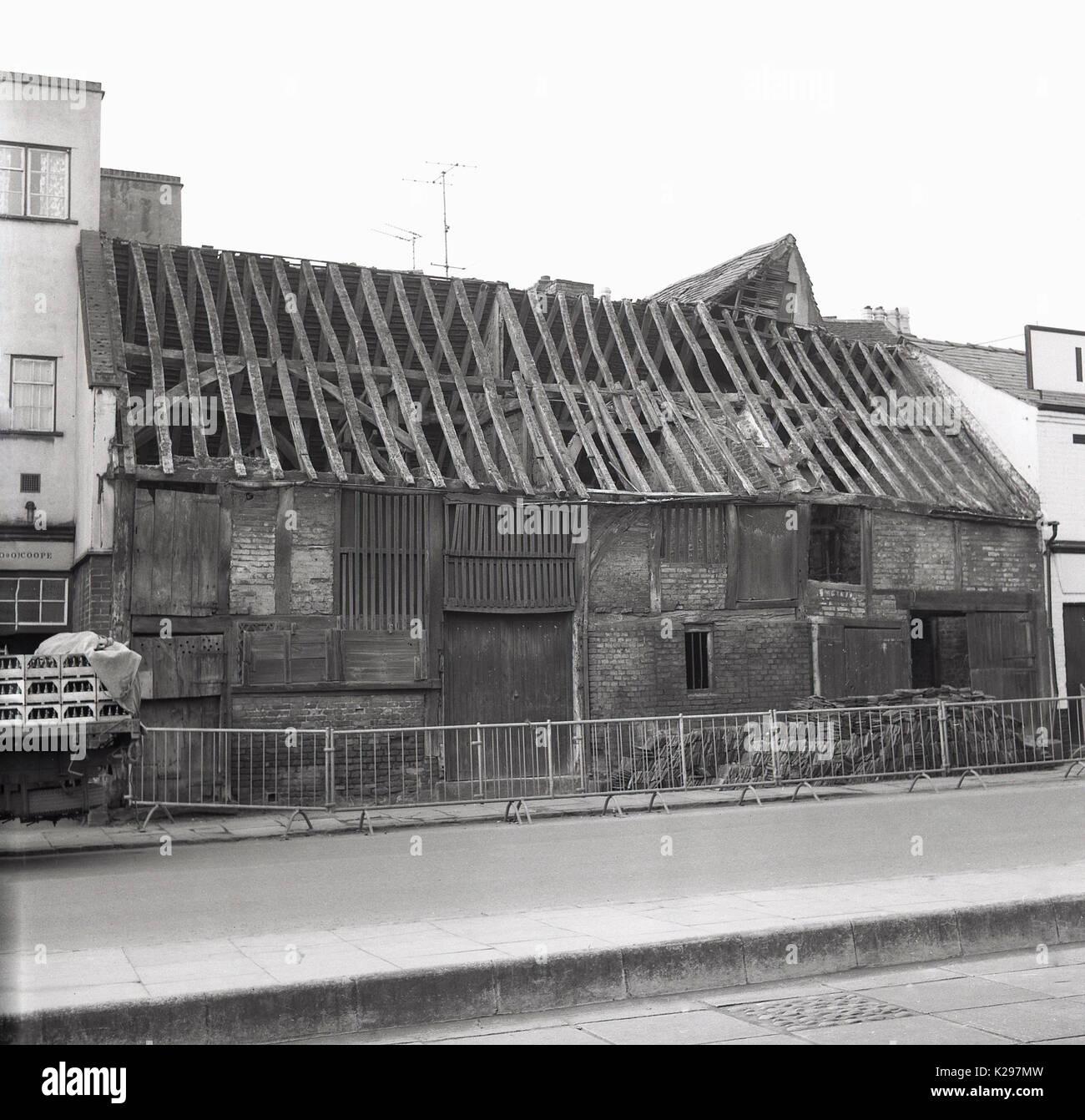 1960, histórica, la imagen muestra la vista exterior de un antiguo granero de almacenamiento construido en ladrillo Foto de stock