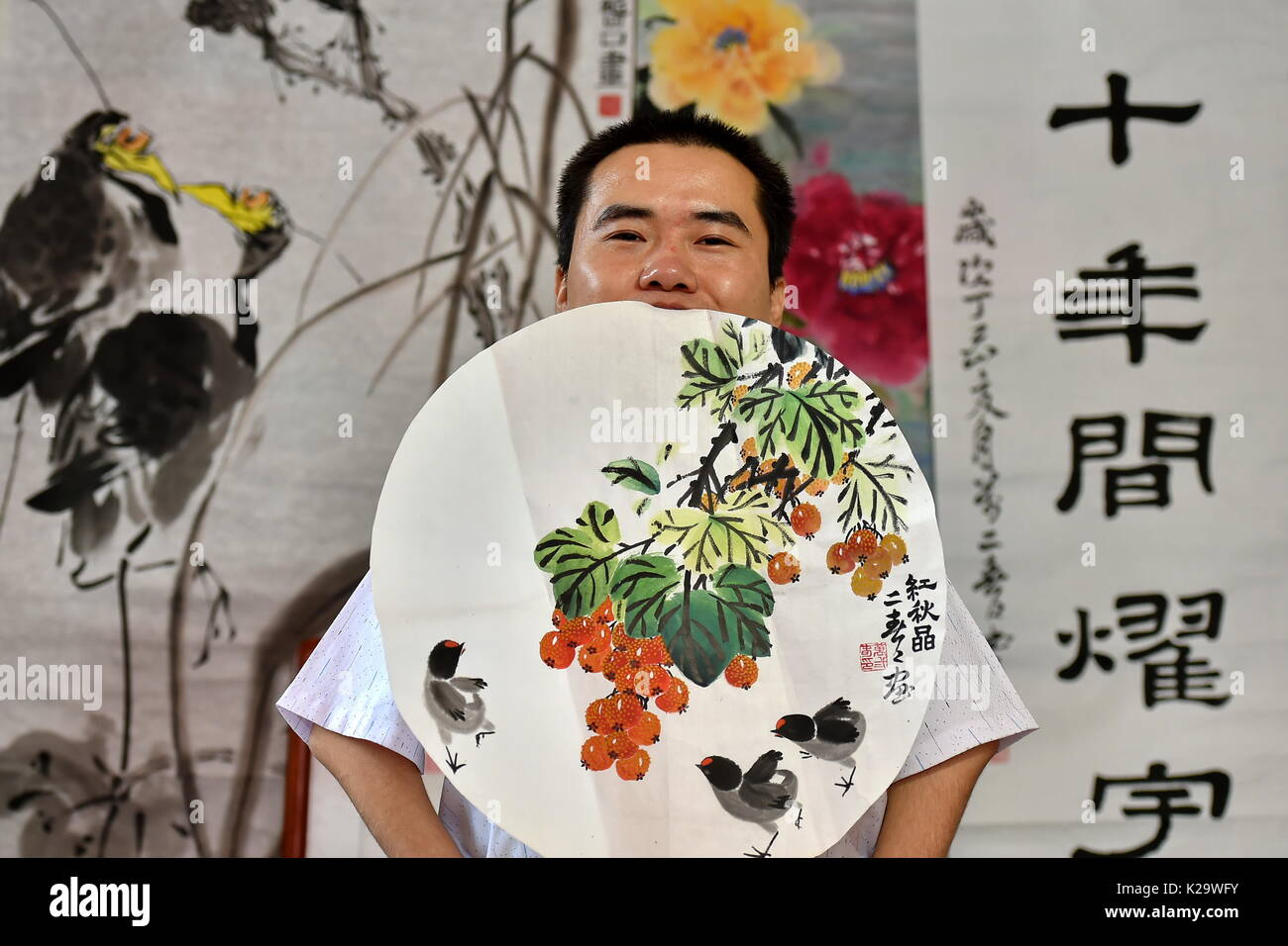 Yuncheng, la Provincia china de Shanxi. 29 Aug, 2017. Erchun Wan, de 30 años, presenta una pintura que él creó en Foto de stock