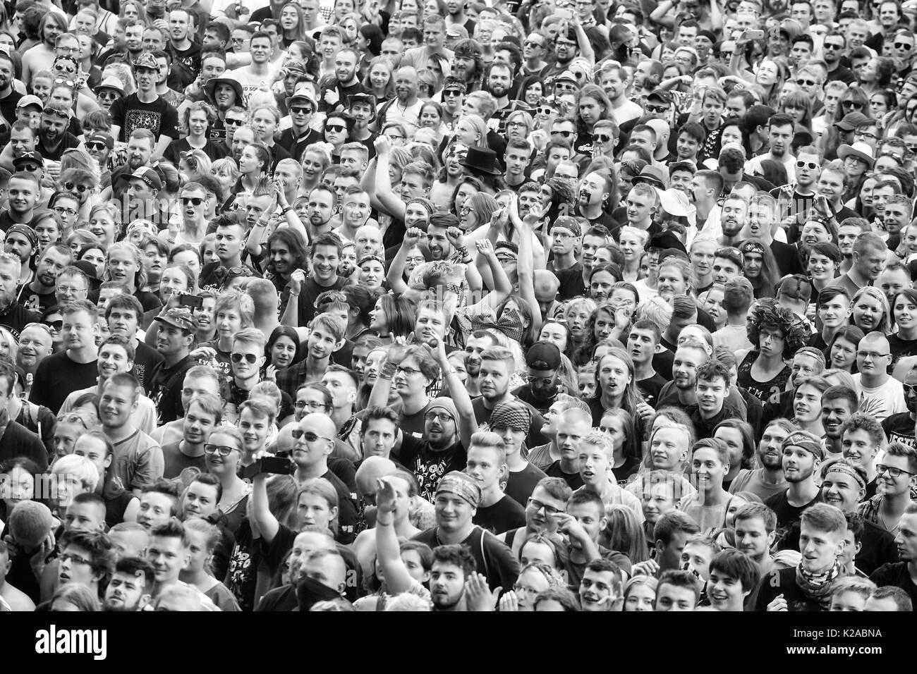 Kostrzyn, Polonia - Agosto 05, 2017: la multitud que aplaudía a un concierto durante el 23º Festival de Woodstock en Polonia. Imagen De Stock