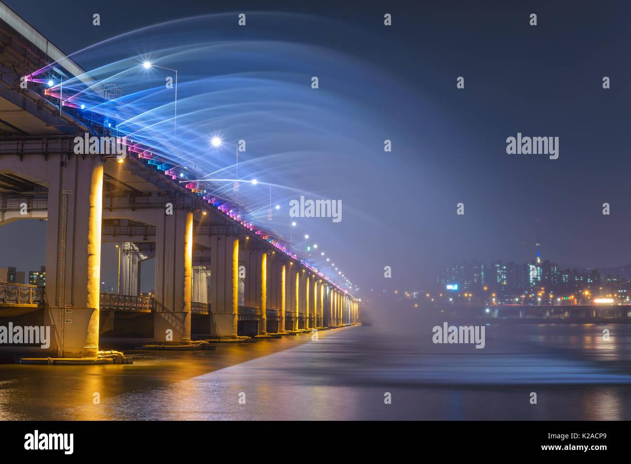 El horizonte de la ciudad de Seúl y fuente en Banpo Bridge, Seúl, Corea del Sur Imagen De Stock