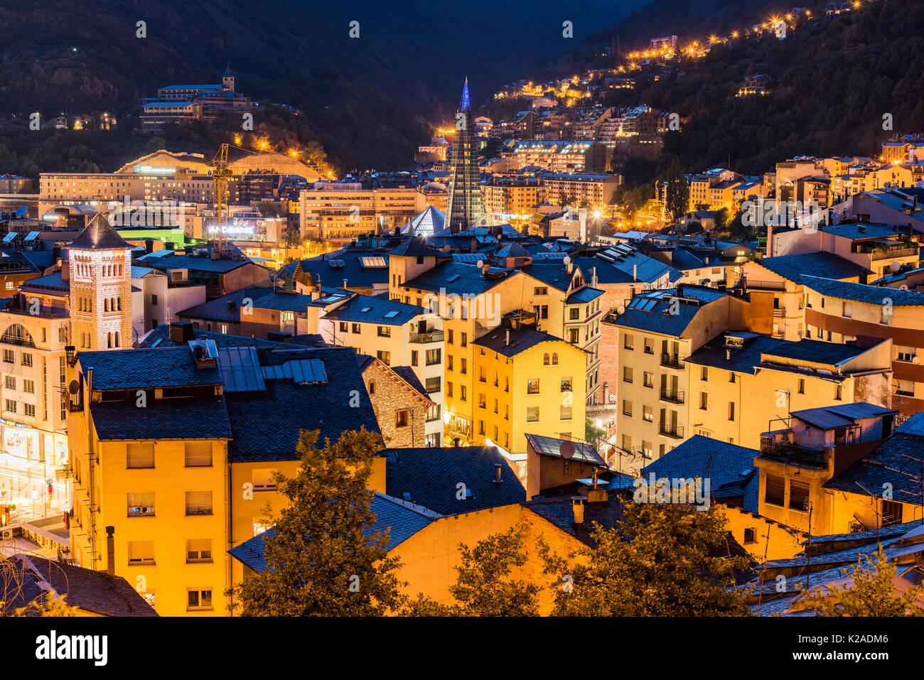Por la noche, el horizonte de la ciudad de Andorra La Vella, Andorra Imagen De Stock