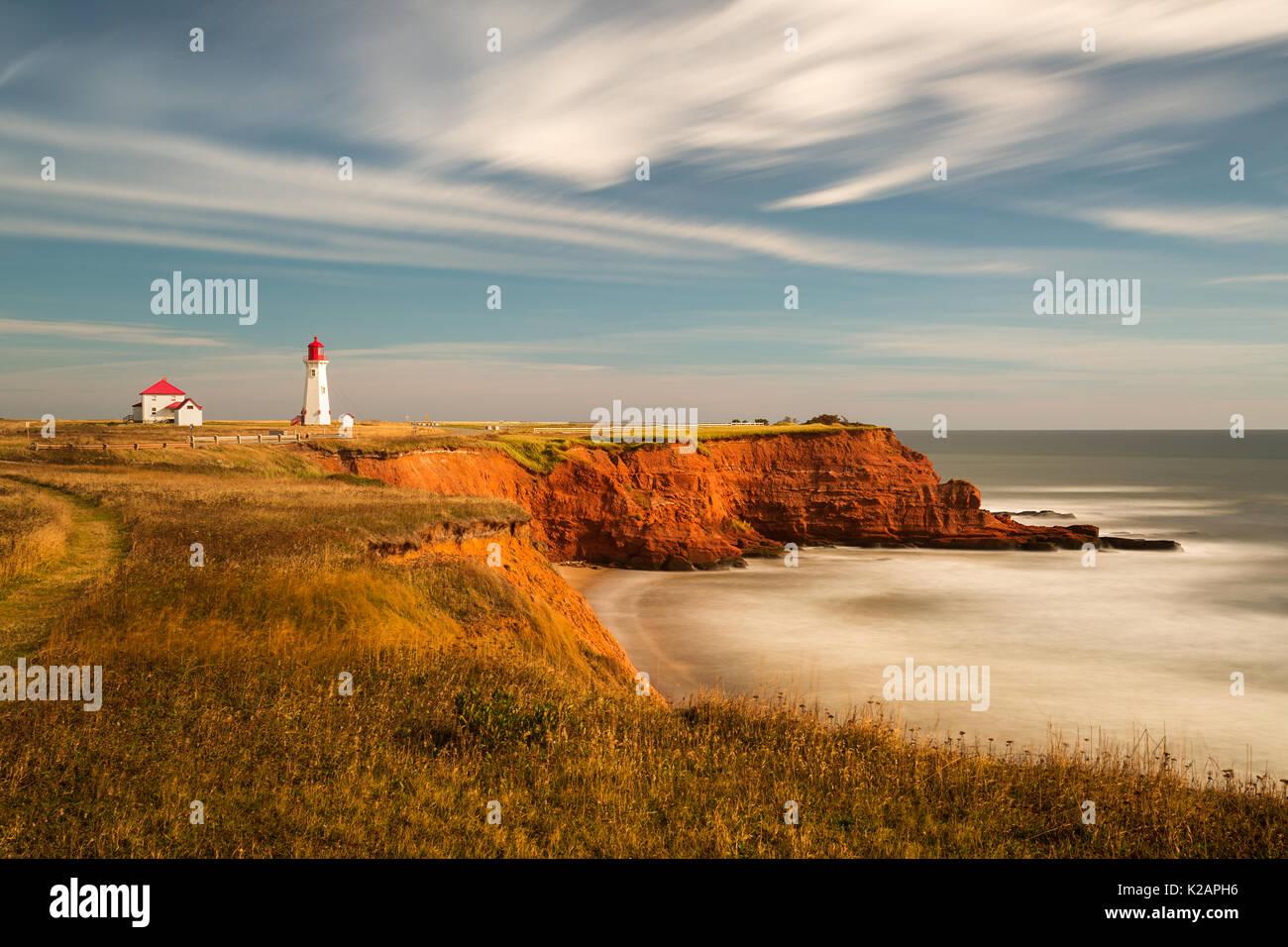 La larga exposición a la hora de oro de l'Anse-à-la-Cabane faro en Havre-Aubert en Magdalen Islands, Quebec ---- la exposición lente à l'heure dorée Imagen De Stock