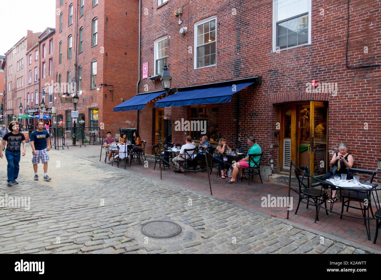 Estados Unidos ME Maine Portland Puerto Viejo Wharf Street personas cenando fuera a la calle y el restaurante de la empresa Imagen De Stock
