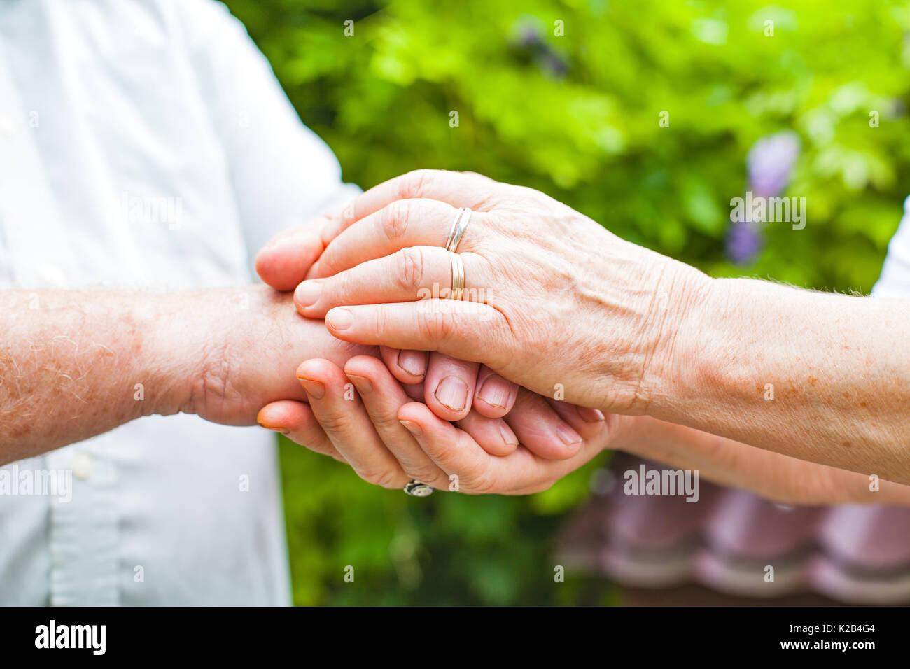 Cerrar Imagen De Pareja De Ancianos Tomados De La Mano Exterior Foto