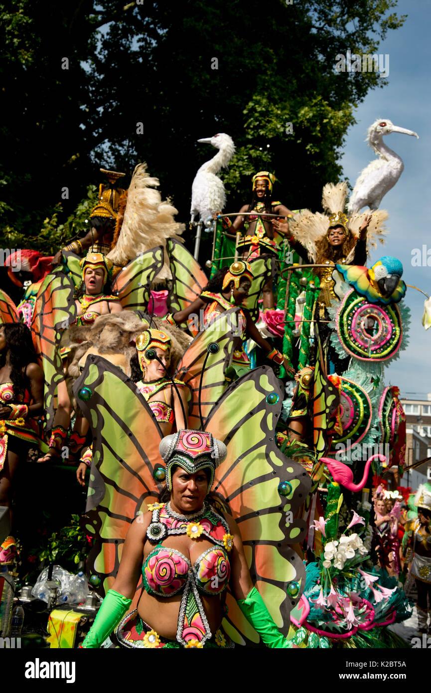 El Carnaval de Notting Hill el 28 de agosto de 2017. En el oeste de Londres, Inglaterra. Paraíso de la Escuela de Samba flotar con bailarines y aves. Imagen De Stock