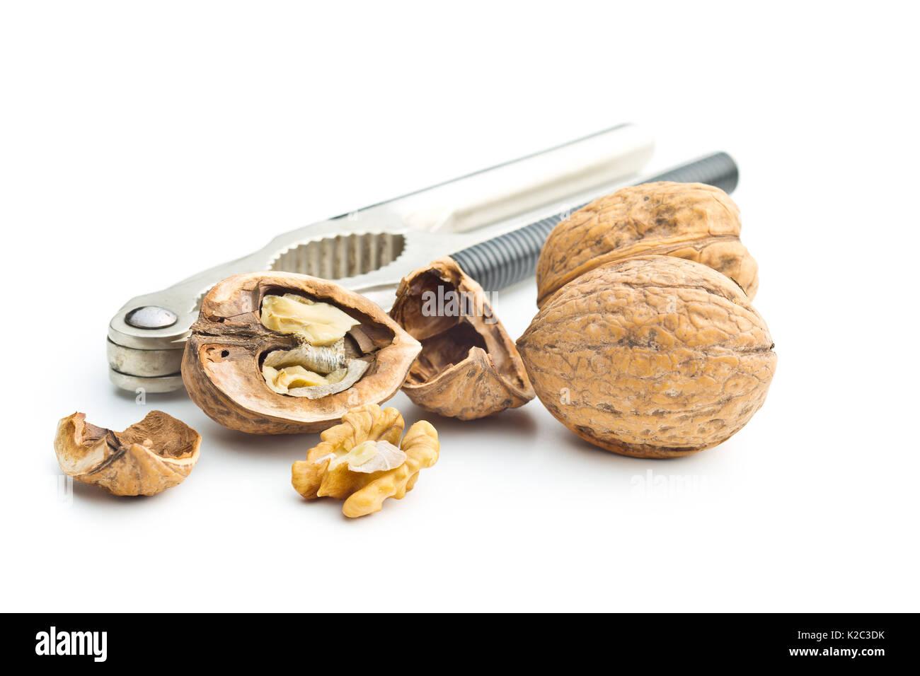 Nueces secas agrietado y cascanueces aislado sobre fondo blanco. Imagen De Stock