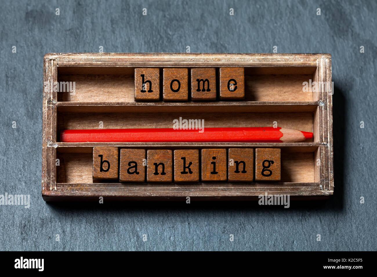 Home banking, concepto de presupuestación de imagen. Las cajas de madera con letras, lápiz rojo, con edad de verificación. Foto de stock