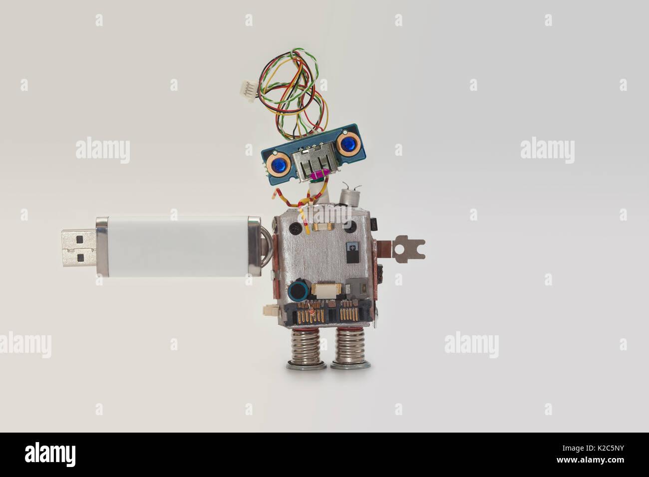 Robot con almacenamiento flash USB stick. Almacenamiento de datos, el concepto abstracto de carácter informático Foto de stock