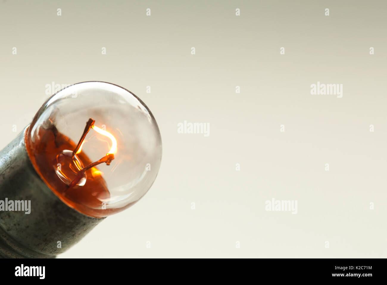 Cerrar la bombilla incandescente, estilo retro lámpara vista macro. Los colores cálidos de fondo. Soft Focus. Espacio de copia Imagen De Stock