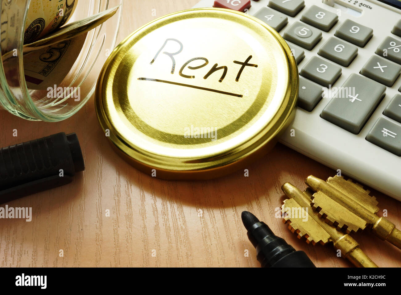 Concepto de pagar el alquiler. Jarra con dinero para el pago. Foto de stock