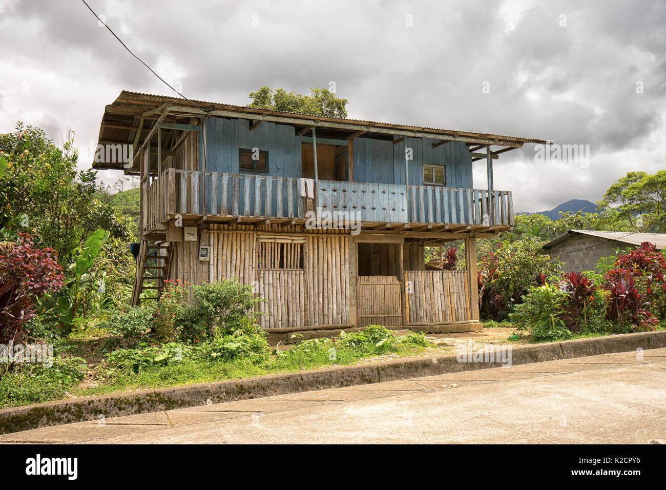 Junio 8, 2017 Jondachi, Ecuador: casa hecha de tablones y bambú en la Amazonía Imagen De Stock
