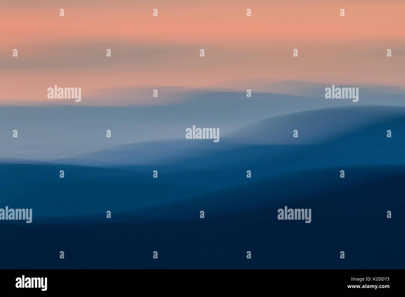 Resumen de las montañas al atardecer, el Parque Nacional de Cairngorms, Escocia, Reino Unido, julio de 2014. Imagen De Stock