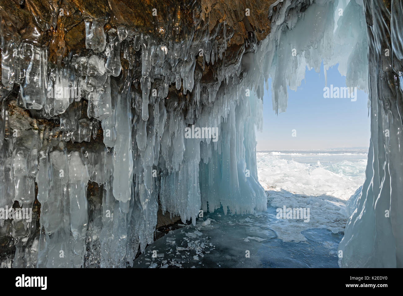 Cueva llena de carámbanos / hielo estalactitas, el lago Baikal, en Siberia, en Rusia, en marzo de 2015. Foto de stock