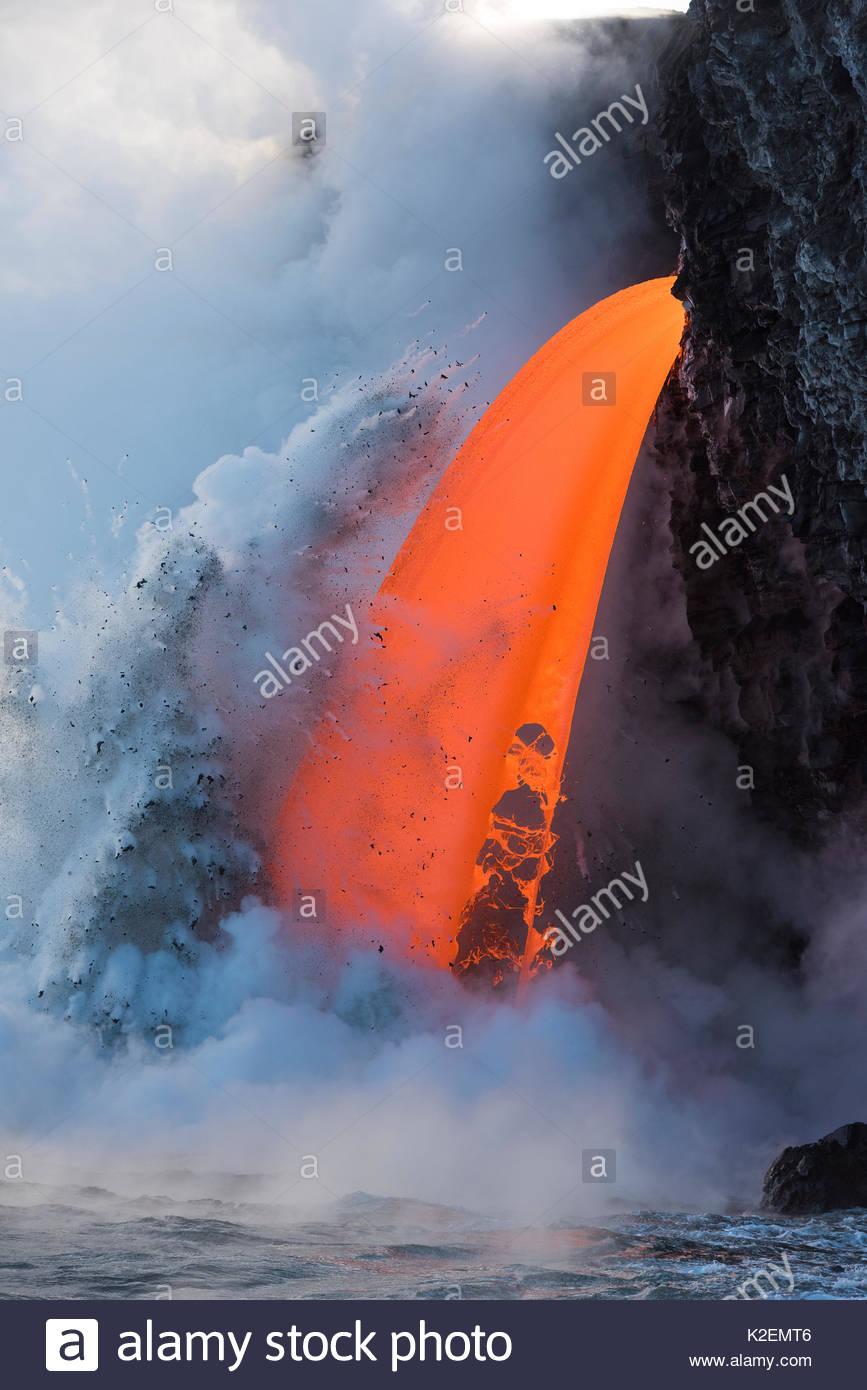 Lava Caliente desde la 61G fluya desde el volcán Kilauea entrando en el océano desde el extremo abierto del tubo de lava en el Kamokuna entrada en el Parque Nacional de Los Volcanes de Hawaii, produciendo violentas explosiones de vapor, Kalapana, Puna, Hawai. De enero de 2017. Imagen De Stock