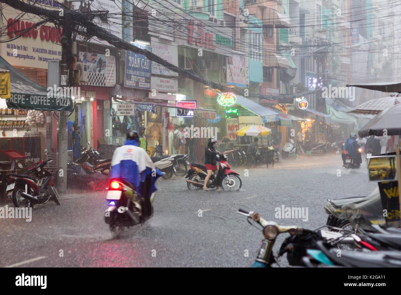 Las lluvias torrenciales en la calle Bui Vien, Ciudad Ho Chi Minh (Saigón), Vietnam Imagen De Stock