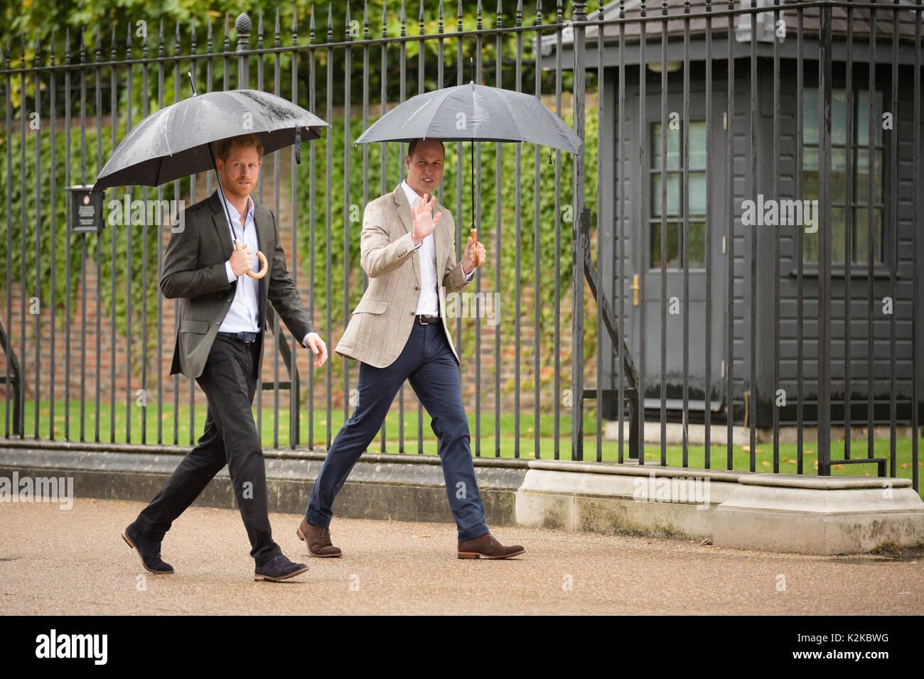 Londres, Reino Unido. 30 Aug, 2017. Los príncipes William y Harry TRH camine hacia la izquierda homenajes florales en las puertas del Palacio de Kensington izquierda en memoria de su madre, la Princesa Diana, en vísperas del 20º aniversario de su muerte. Miércoles, 30 de agosto de 2017 Credit: Amanda rose/Alamy Live News Foto de stock