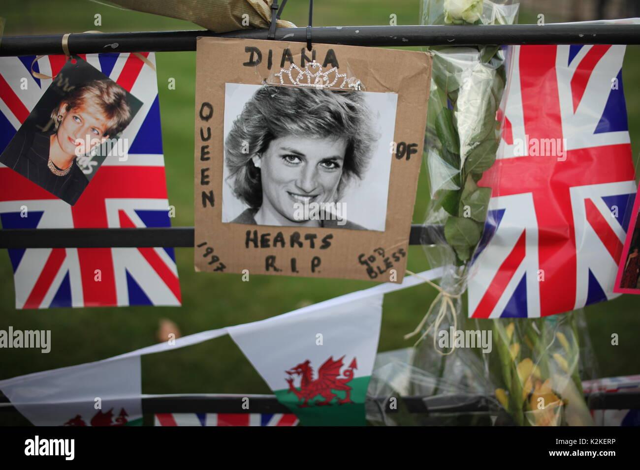Londres, Reino Unido. 31 Aug, 2017. La gente paga tributo a la Princesa Diana en el Palacio de Kensington después Foto de stock