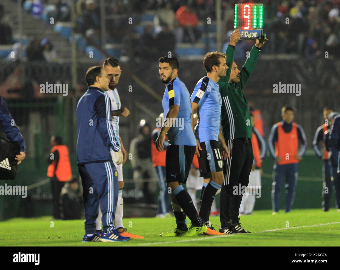 ¿Cuánto mide Christian Stuani? Uruguayo-luis-suarez-c-se-ha-sustituido-por-el-uruguay-christian-stuani-durante-la-copa-del-mundo-de-rusia-2018-conmebol-eliminatorias-entre-uruguay-y-argentina-en-el-estadio-centenario-de-montevideo-uruguay-31-de-agosto-de-2017-eferaul-martinez-k2kg74