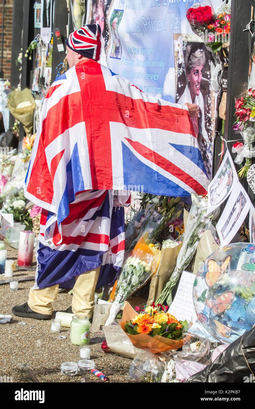 Londres, Reino Unido. 31 Aug, 2017. Una gran multitud de Diana wellwishers y media se reúnen fuera de las puertas Foto de stock