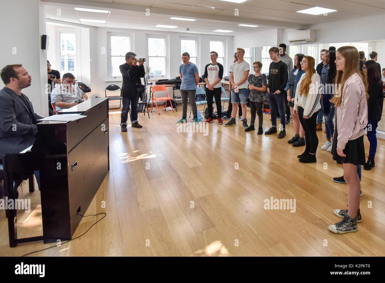 Londres, Reino Unido. El 31 de agosto de 2017. Los jóvenes músicos esperando ser conciertos Campeón 2017 tomar parte en un campamento militar con los expertos de la industria en estudios de música en el West End por delante de sus próximos conciertos el Gran Final en el centro comercial Westfield London. Gigas es el alcalde de Londres busking anual del concurso para jóvenes compositores e intérpretes entre 11-25 años de edad. Crédito: Stephen Chung / Alamy Live News Foto de stock