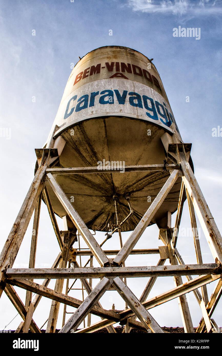 Depósito de agua con un mensaje de bienvenida al santuario de Nossa Senhora de Caravaggio. Guaraciaba, Santa Catarina, Foto de stock