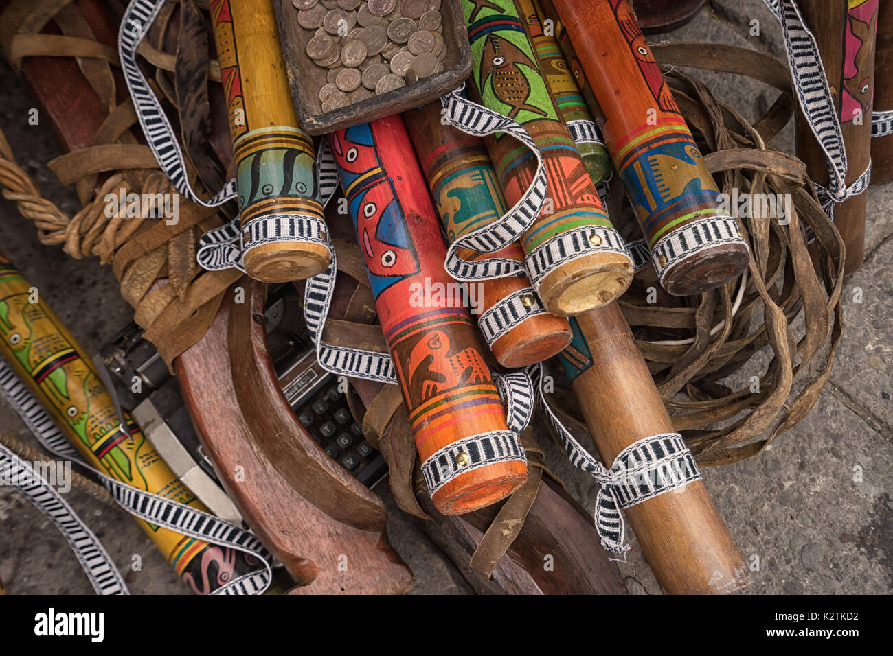 Abril 29, 2017 en Otavalo, Ecuador: indígenas quechuas artesanías hechas de madera que venden en la calle en el mercado del sábado Imagen De Stock