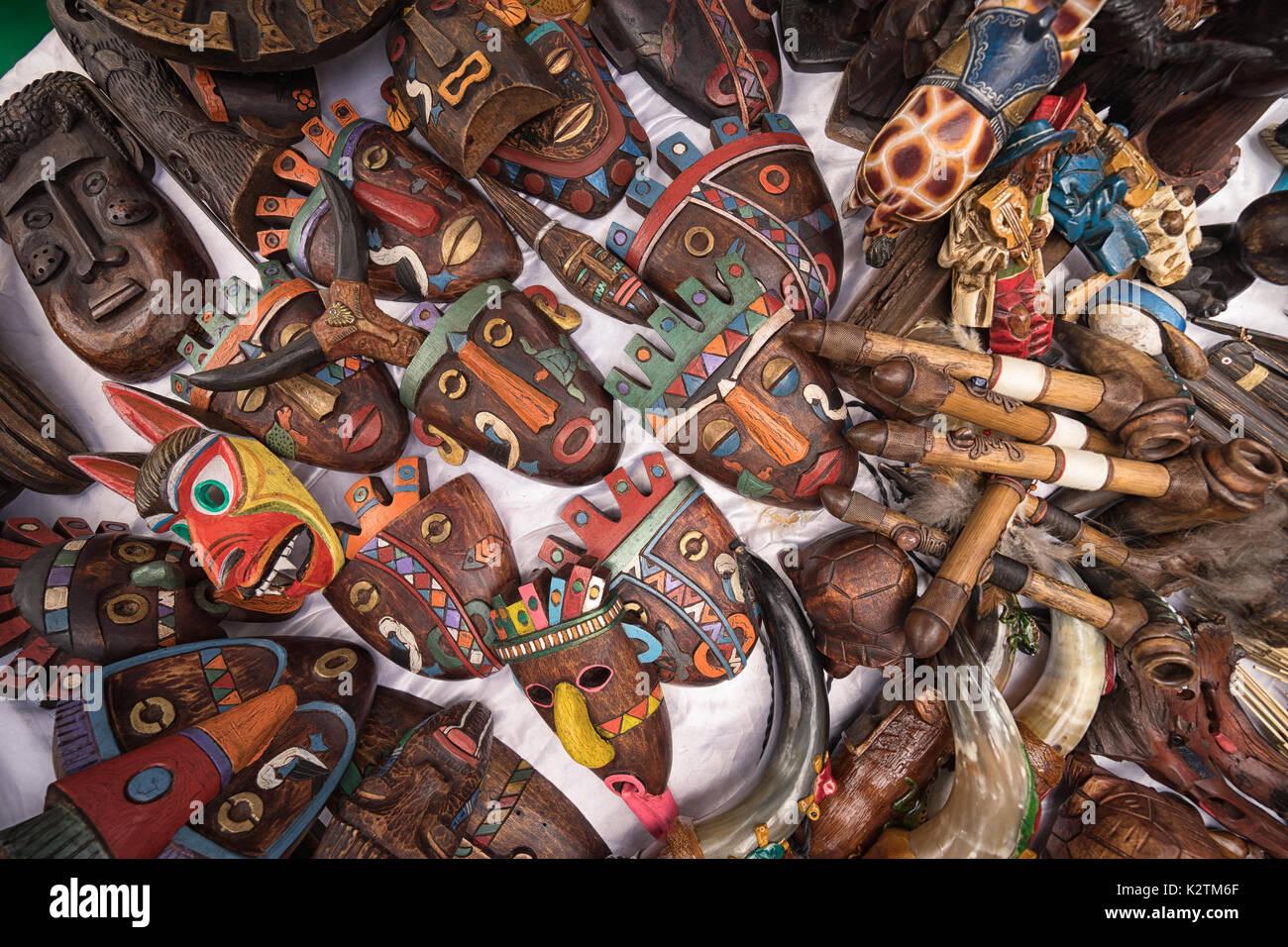 Abril 29, 2017 en Otavalo, Ecuador: indígenas quechuas máscaras de madera que venden en la calle en el mercado del sábado Imagen De Stock
