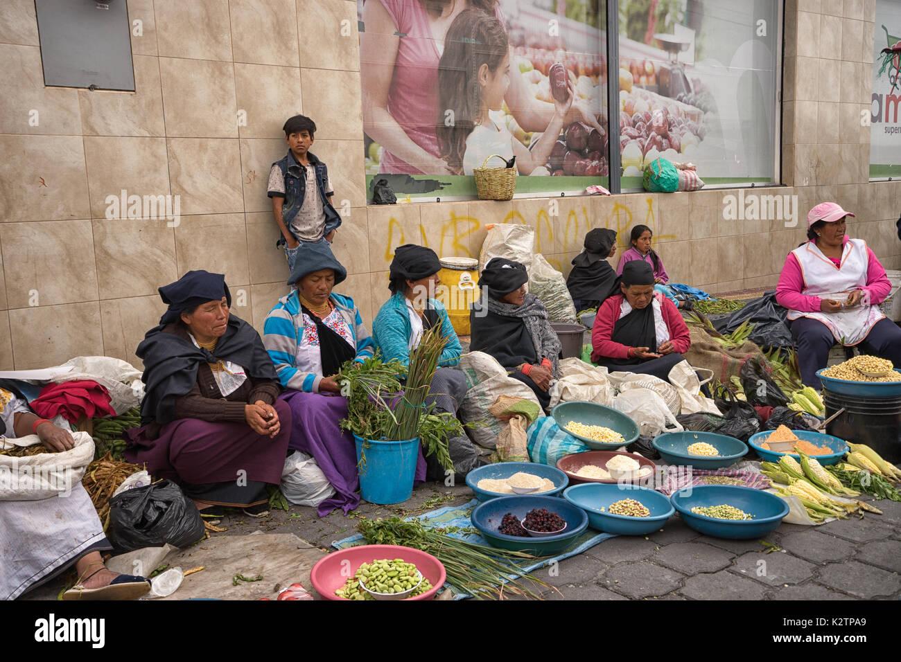 Mayo 6, 2017 en Otavalo, Ecuador: producir proveedor en el mercado del sábado vendiendo desde el nivel de la calle Imagen De Stock