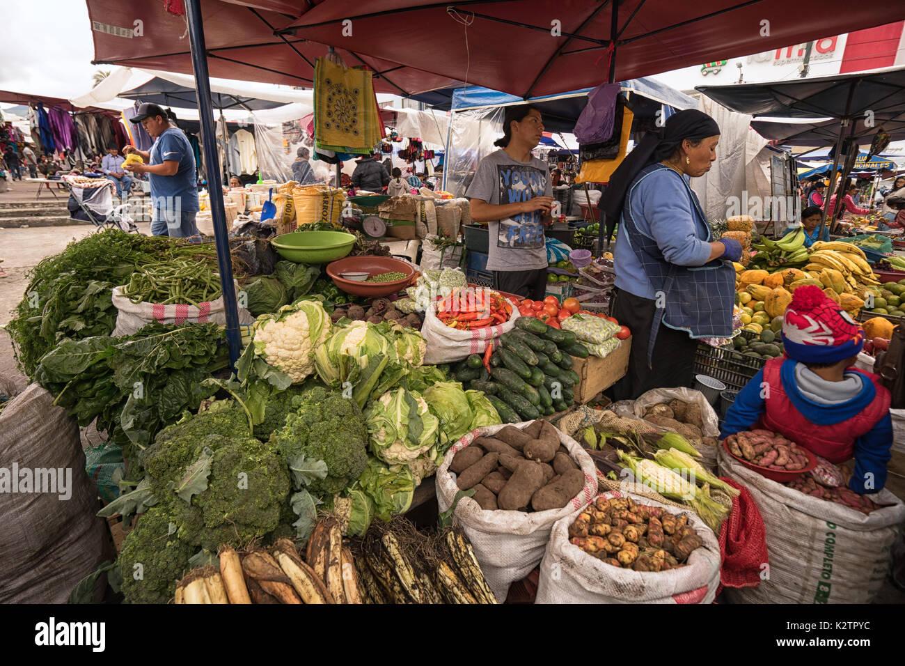 Mayo 6, 2017 en Otavalo, Ecuador: producir proveedor en el mercado del sábado Imagen De Stock