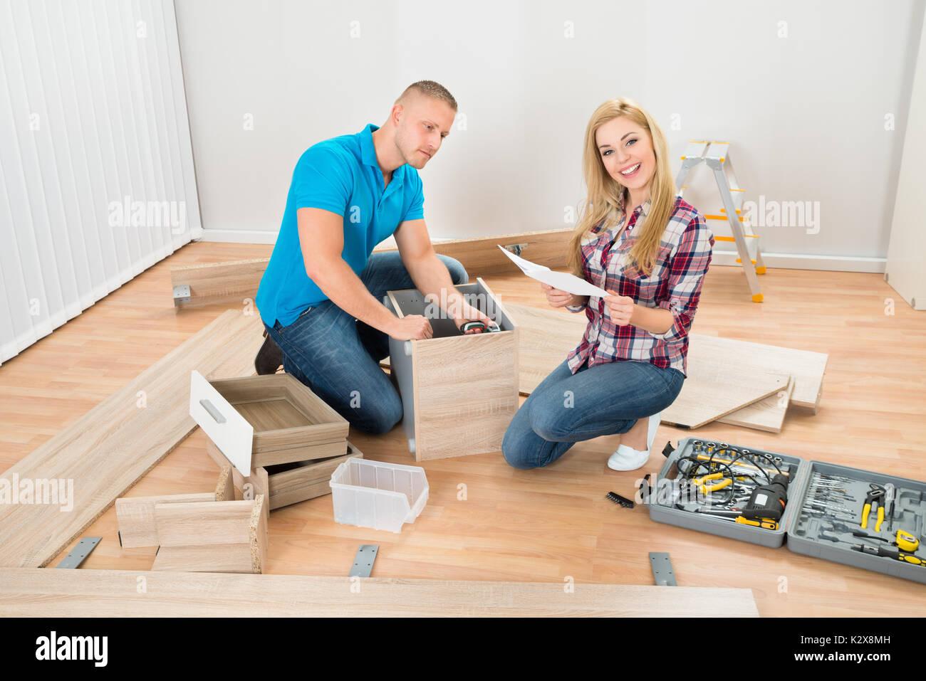 Retrato De Pareja Joven Montando Los Muebles En El Nuevo Hogar  # Muebles Nuevo Hogar