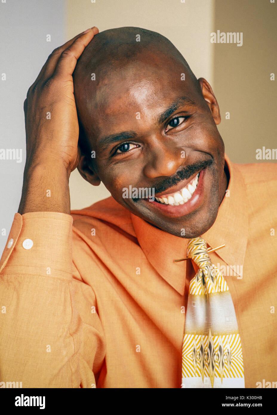 Retrato de una pronta 30's hombre afroamericano sonriendo. Imagen De Stock