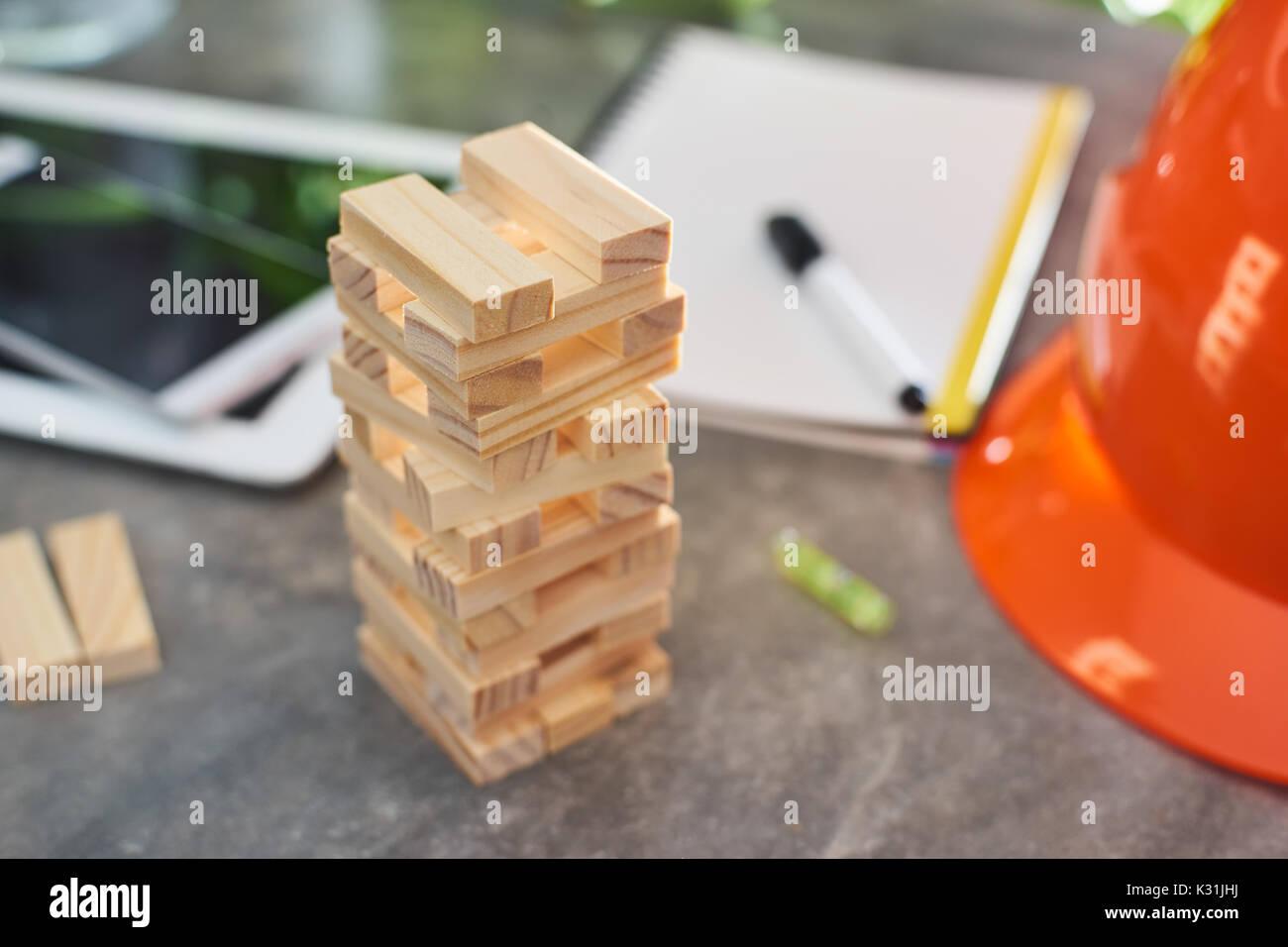 Torre de bloques de construcción de madera marrón con fondo desenfocado .seleccionado centrado . Imagen De Stock