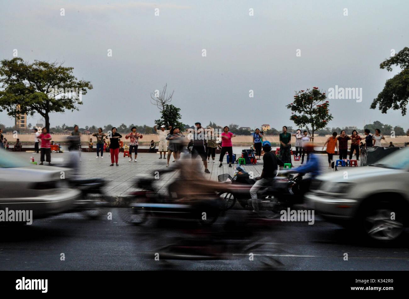 Rutina de ejercicio matinal en Phnom Penh, Cambodia Imagen De Stock