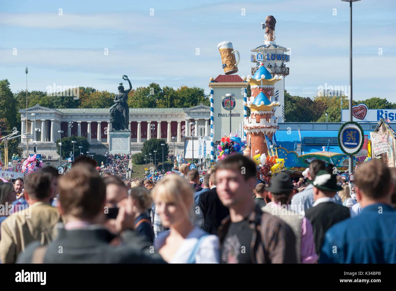 Oktoberfest en Munich es el mayor festival de folk y cerveza en el mundo.con muchos miles de visitantes cada día, ahora caminar sobre parque de atracciones Imagen De Stock