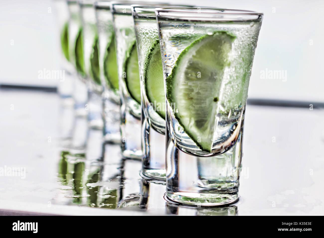 Cóctel. El vodka, la ginebra tequila con limón Imagen De Stock